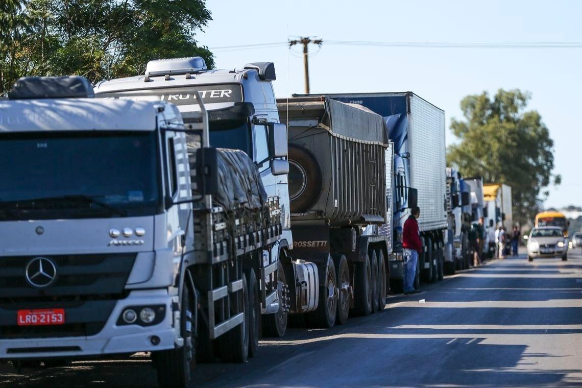 21mai2018---caminhoneiros-fazem-protesto-contra-a-alta-no-preco-dos-combustiveis-na-br-040-proximo-a-brasilia-df-1526907657044_1140x760